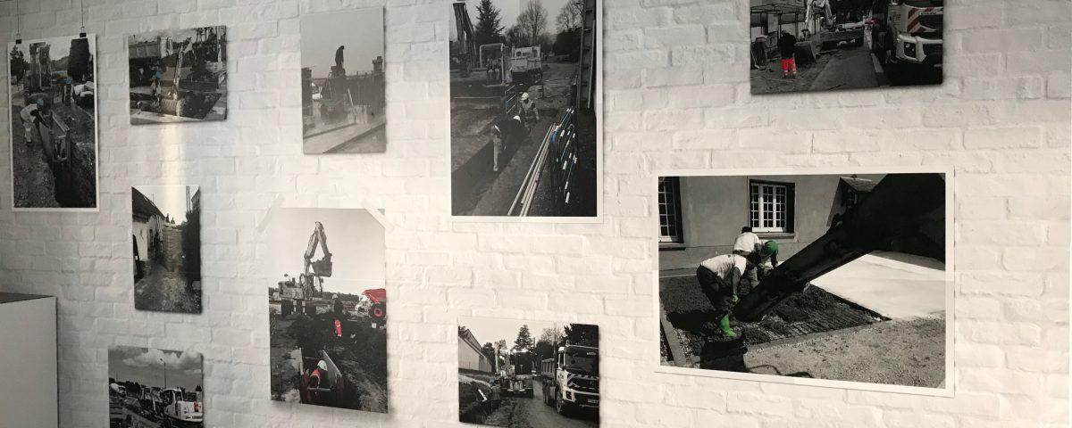 Sticker mural en trompe l'oeil cadres photos sur mur de briques blanc